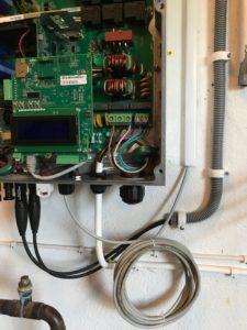 Ännu en solcellsanläggning som har blivit driftad. Bilden visar frekvensomvandlaren.