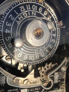 El var snyggare förr. Bilden visar ett kopplingsur från tiden där elektriker i Malmö gick omkring med hög hatt och stärkkrage.